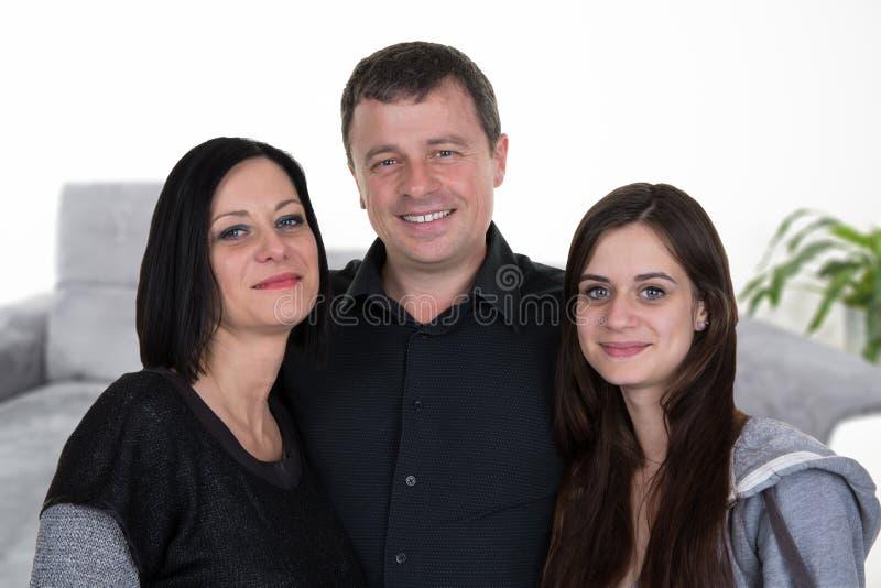 De moedervader van de huisfamilie en tienerdochter binnenshuis royalty-vrije stock fotografie