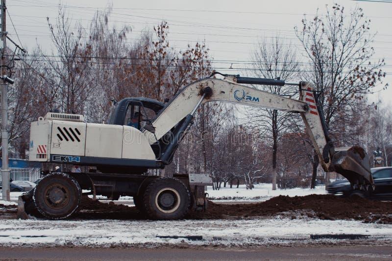 De moeilijke en gevaarlijke baan van het herstellen van en het handhaven van elektroinfrastructuur naast een spoorlijn stock foto