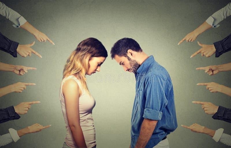 De moeilijkhedenconcept van de huwelijksverhouding Beschuldiging van schuldige mensen stock foto's
