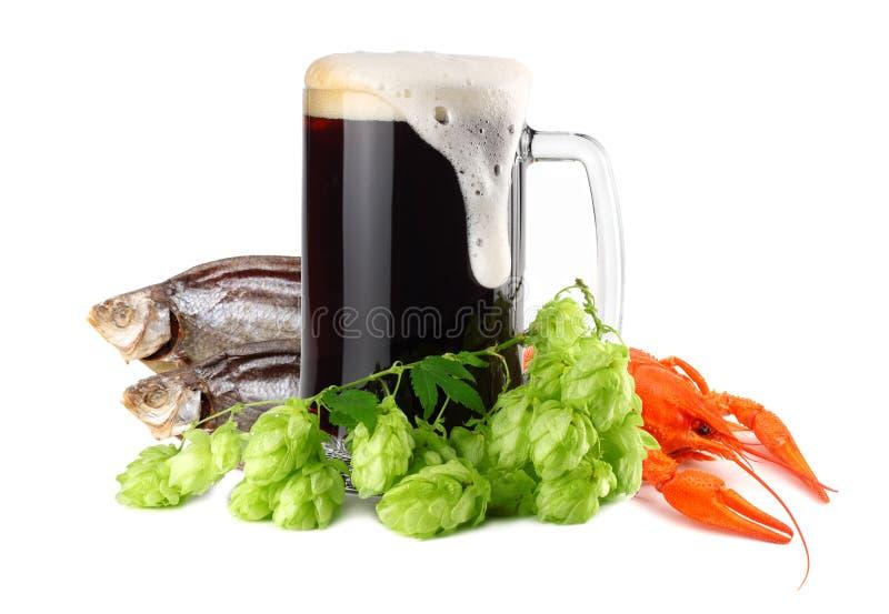 De mok donker bier met rivierkreeften en de droge vissen isoleren op witte achtergrond Het concept van de bierbrouwerij De achter royalty-vrije stock afbeelding