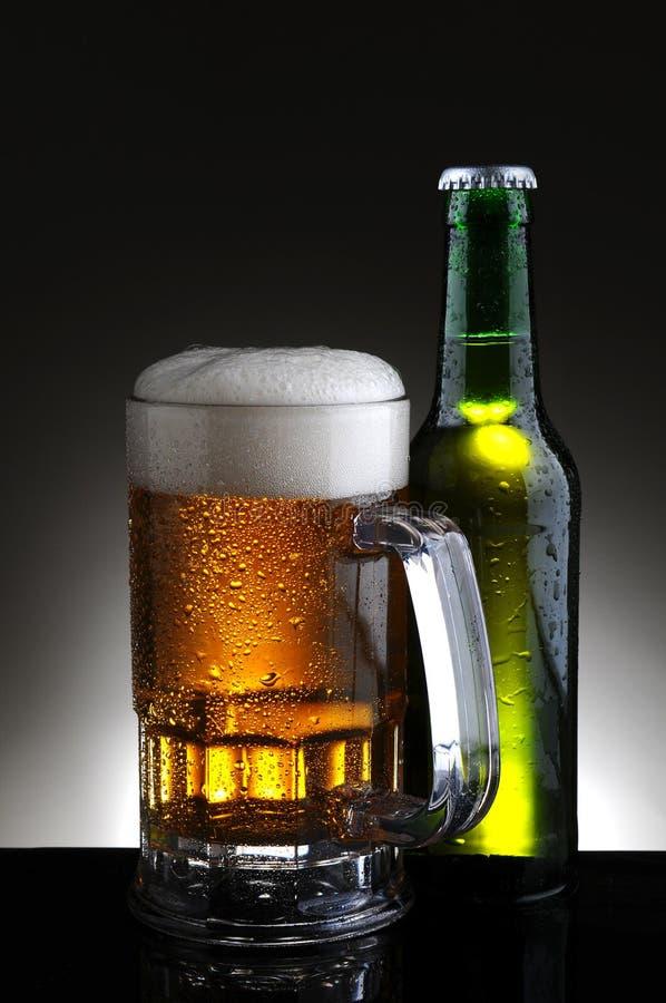 De Mok en de Fles van het bier stock foto's