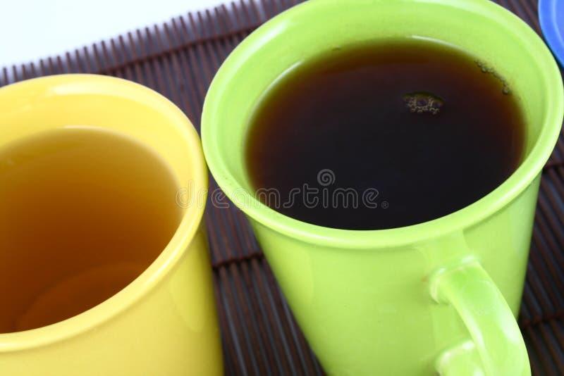 De mok van de kleur (met thee en koffie stock fotografie