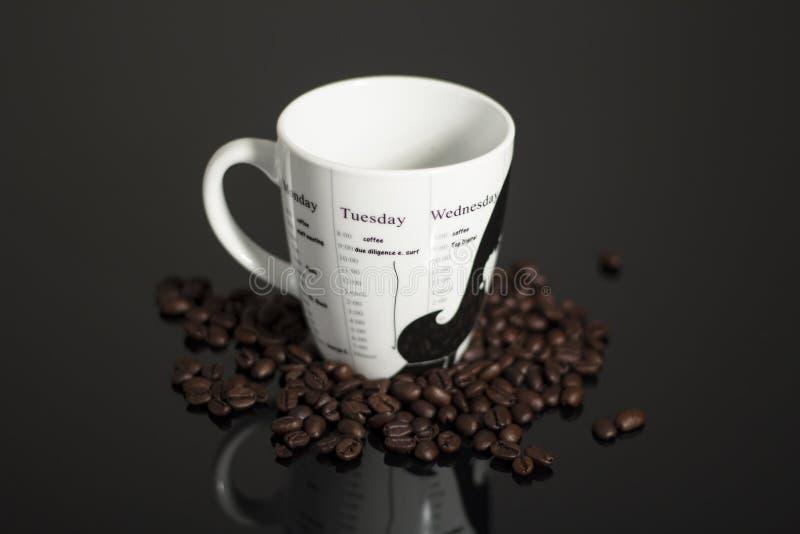 De mok van de koffie en de bonen van de Koffie stock foto