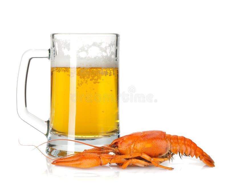 De mok van het bier en gekookte rivierkreeften royalty-vrije stock afbeelding