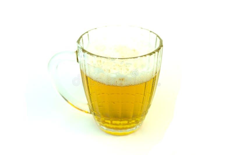 De mok van het bier met bier Foto op witte achtergrond stock afbeeldingen