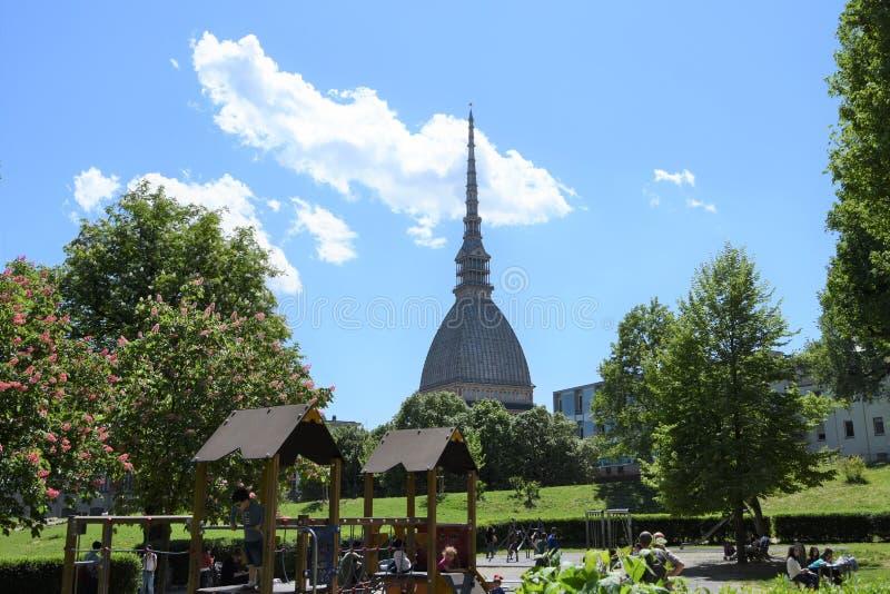 De Mol Antonelliana in Turijn van een park wordt gezien dat stock foto