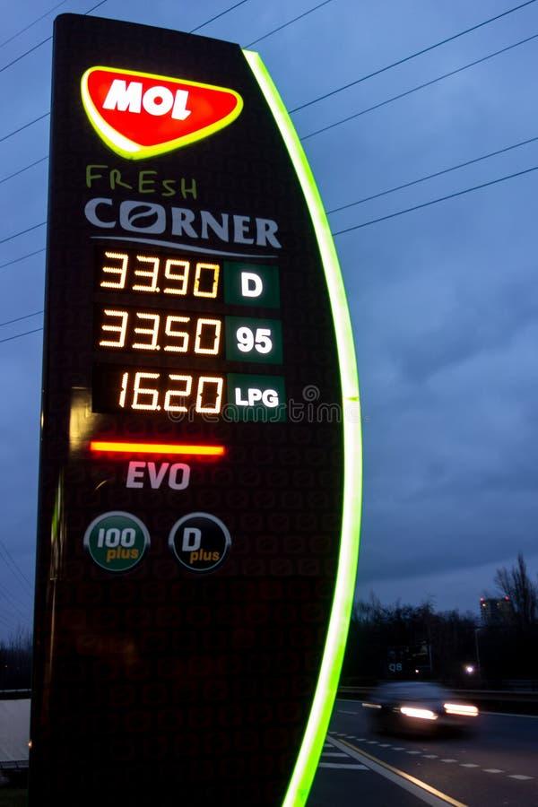 De mol-benzinepost in Ostrava die prijzen van de aangeboden brandstof voorstellen royalty-vrije stock foto