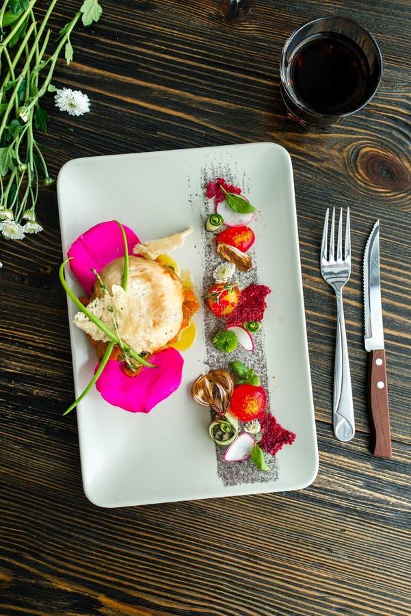 De moleculaire moderne keuken plantaardige salade met chiken stock afbeelding