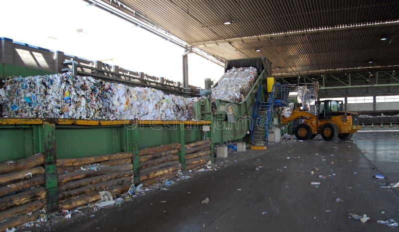 De molen van het papier en van de pulp - Kringlooppapier stock afbeeldingen