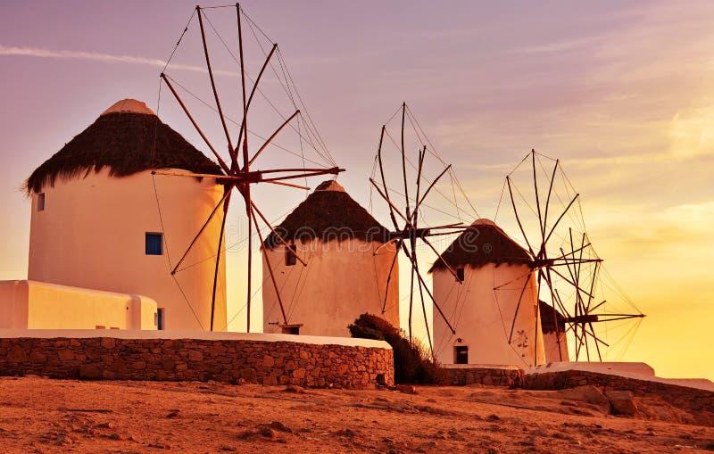 De molens van de wind bij zonsondergang royalty-vrije stock foto