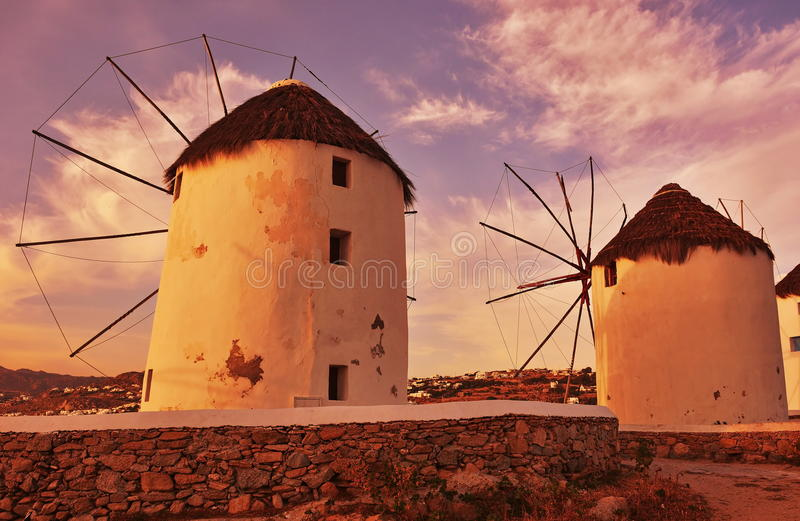De molens van de wind bij zonsondergang royalty-vrije stock foto's