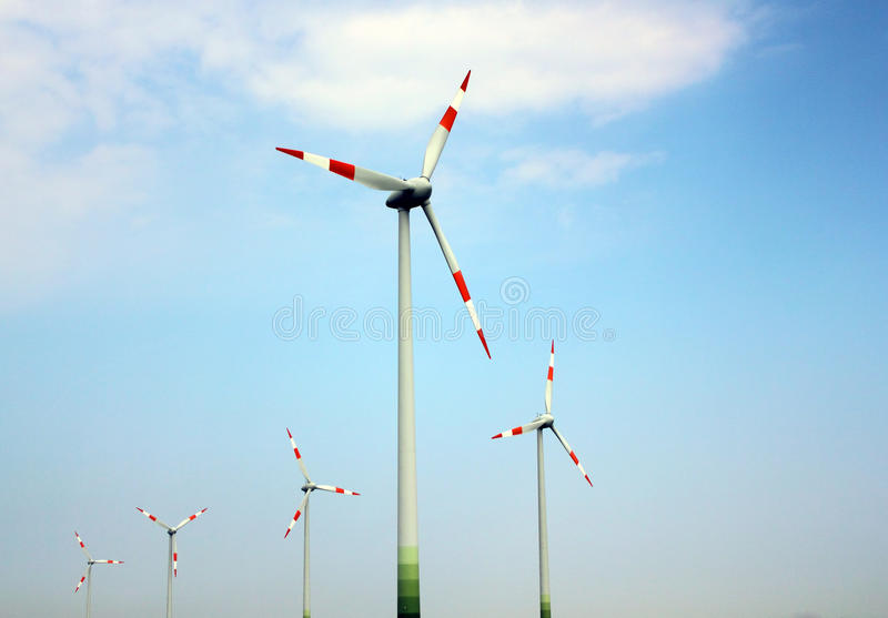 De molens van de wind tegen de hemel stock afbeelding