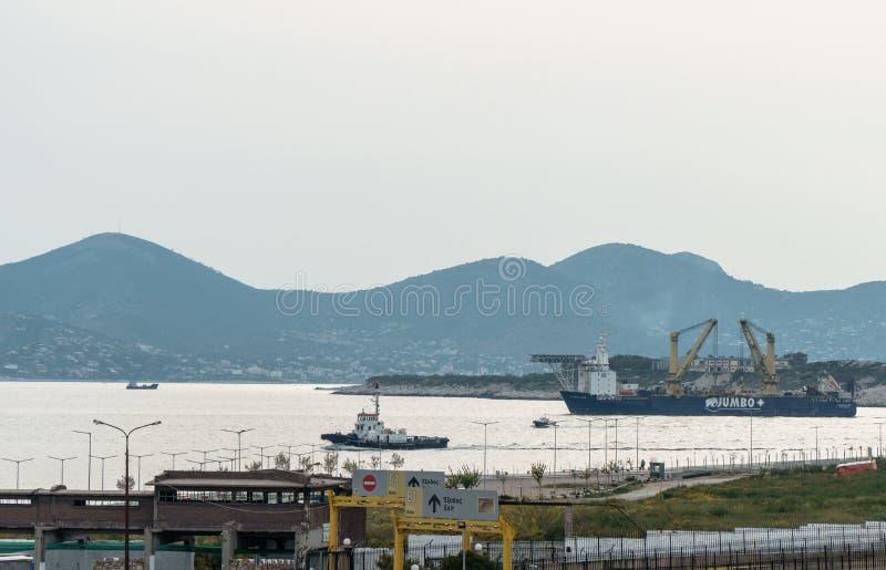 De momentopname van de boot heeft het net de haven en het kapitaal verlaten, overgaand door andere schepentransportaion en indust royalty-vrije stock afbeelding