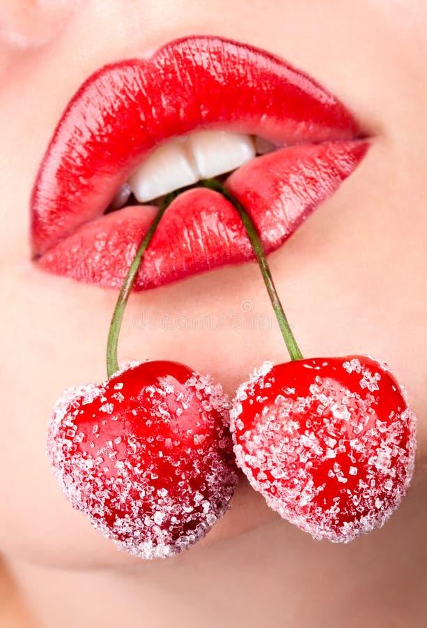 De mond van de vrouw met rode kersen royalty-vrije stock fotografie