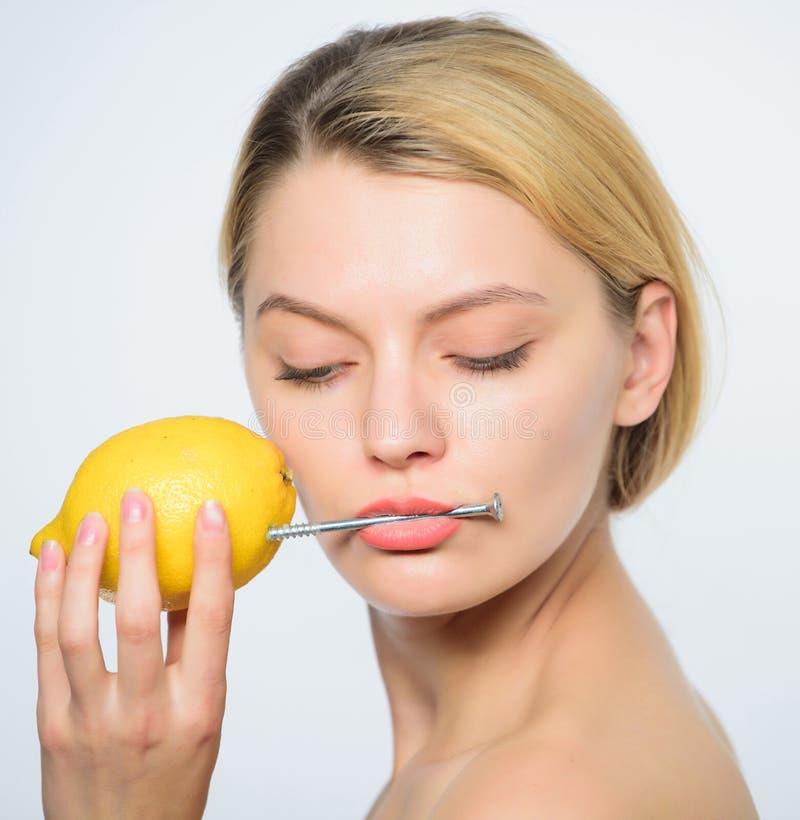 De mond van de vrouwenschoenspijker Natuurlijke energie Vitaminelast Energieherladen Gezond levensstijlconcept Energiedrank Citro stock fotografie