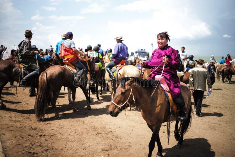 De Mongoolse ruiter van het vrouwenpaard in Naadam-Festival stock fotografie