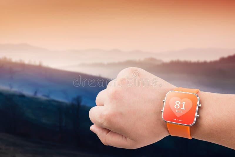 De monitor app van het harttarief op het slimme horlogescherm stock afbeelding
