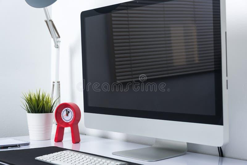 De monitor van de bureaucomputer op bureau stock foto
