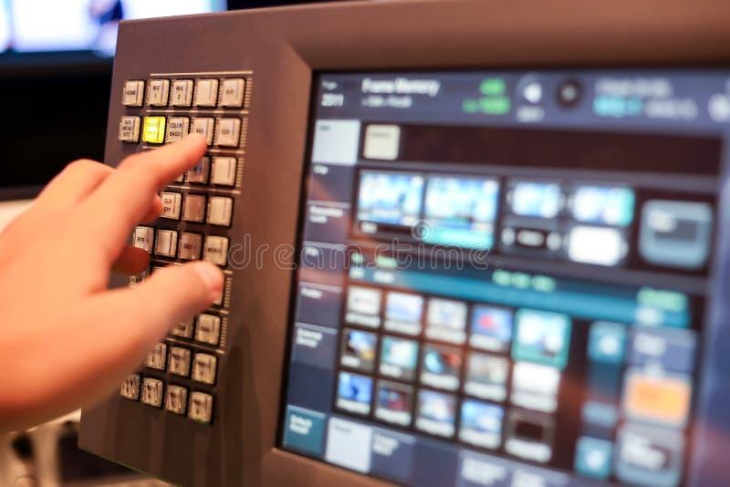 De monitor van het aanrakingsscherm van Switcher knopen in de post van studiotv, A stock foto