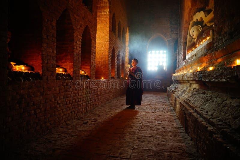 De monnik bidt met kaars in Bagan, Myanmar stock fotografie