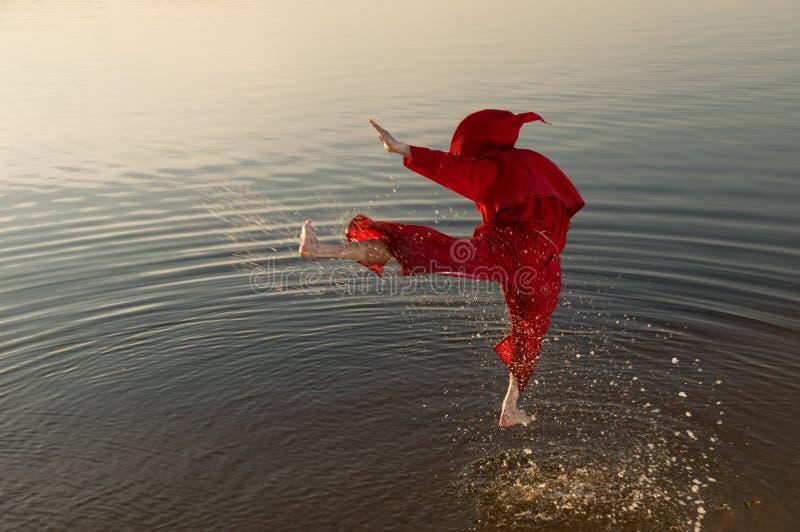De monnik die van de karate rode kap dragen stock fotografie
