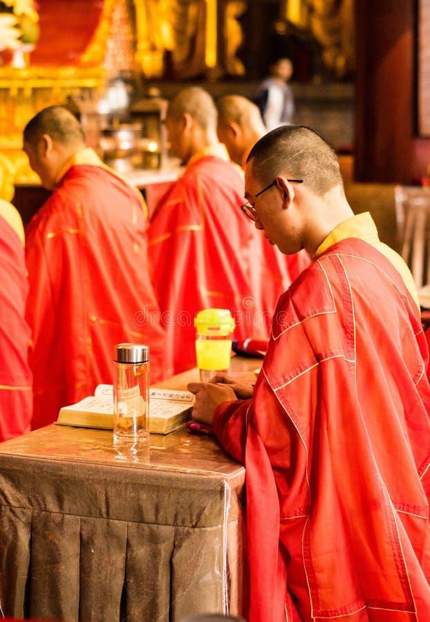 De monnik in jinshan tempel stock foto's
