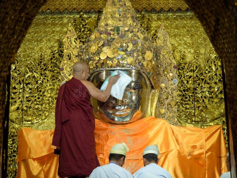 De monnik myanmar die het gezicht van Mahamuni Boedha wassen royalty-vrije stock fotografie