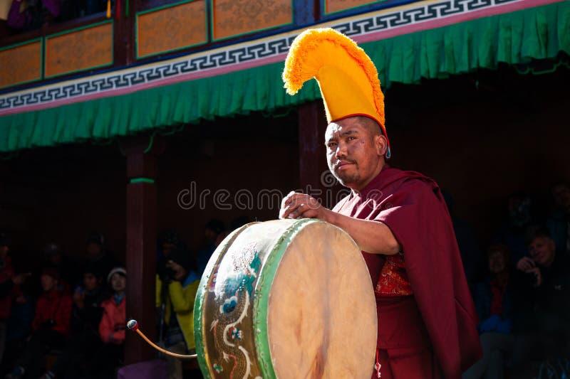 De monnik voert godsdienstige buddhistic dans tijdens het Mani Rimdu-festival in Tengboche-Klooster uit royalty-vrije stock fotografie