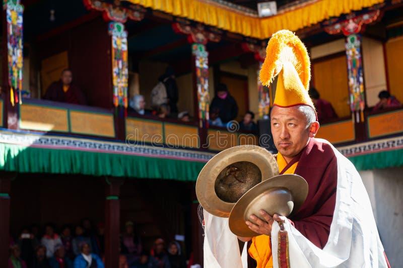 De monnik voert godsdienstige buddhistic dans tijdens het Mani Rimdu-festival in Tengboche-Klooster uit stock afbeeldingen