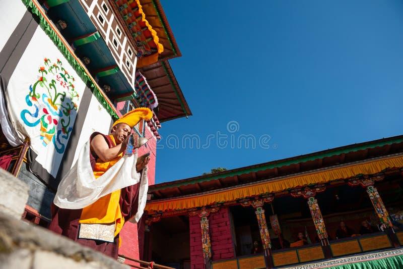 De monnik voert godsdienstige buddhistic dans tijdens het Mani Rimdu-festival in Tengboche-Klooster uit royalty-vrije stock afbeeldingen