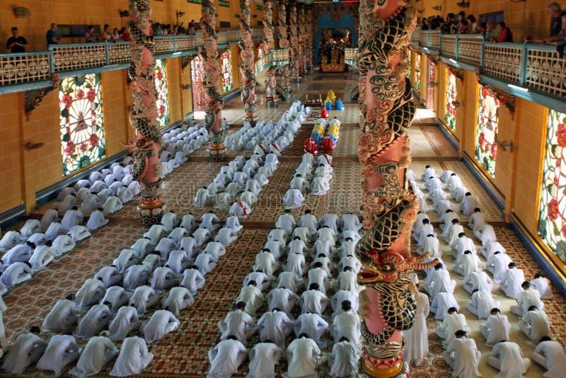 De monniken bidt in Cao Dai Temple.  Tay Ninh. Vietnam royalty-vrije stock afbeelding