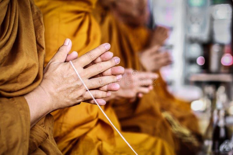 De monniken scanderen op vage achtergrond royalty-vrije stock fotografie