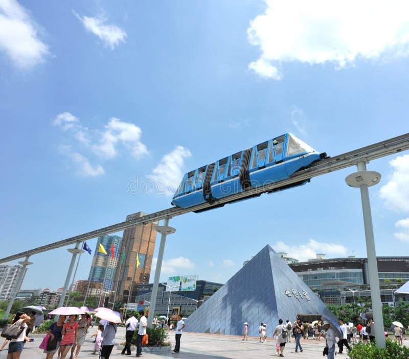 de monorail in venster van wereldpark, shenzhen royalty-vrije stock afbeeldingen