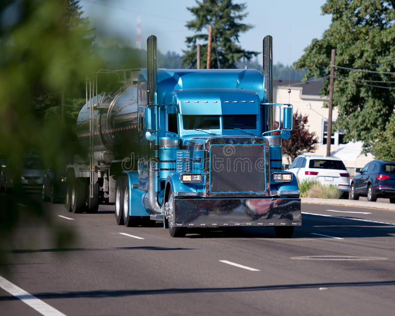 De monstre fait sur commande de construction grand d'installation camion bleu semi avec le stee inoxydable image stock