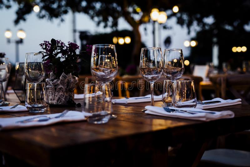 De MONTAGES 2019 van de LUXElijst voor het fijne dineren met en glaswerk, mooie vage achtergrond Voor gebeurtenissen, huwelijken  royalty-vrije stock foto