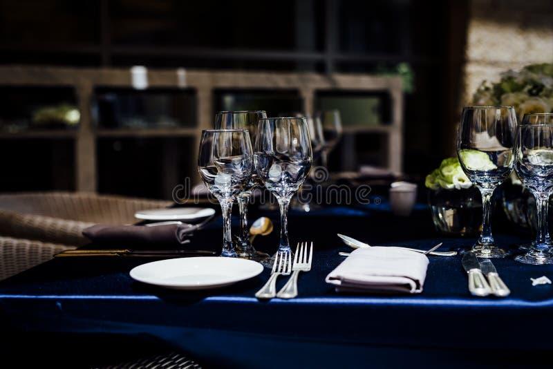 De MONTAGES 2019 van de LUXElijst voor het fijne dineren met en glaswerk, mooie vage achtergrond Voor gebeurtenissen, huwelijken  stock fotografie