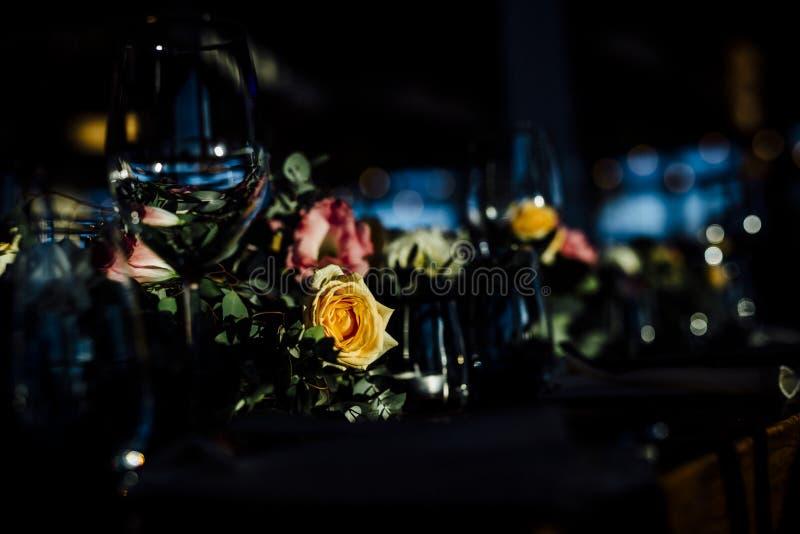 De MONTAGES 2019 van de LUXElijst voor het fijne dineren met en glaswerk, mooie vage achtergrond Voor gebeurtenissen, huwelijken  stock afbeelding