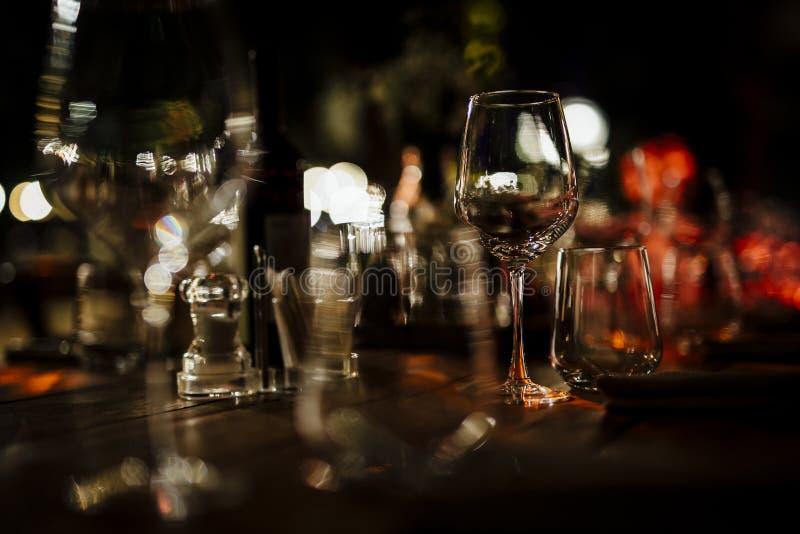 De MONTAGES 2019 van de LUXElijst voor het fijne dineren met en glaswerk, mooie vage achtergrond Voor gebeurtenissen, huwelijken  stock foto