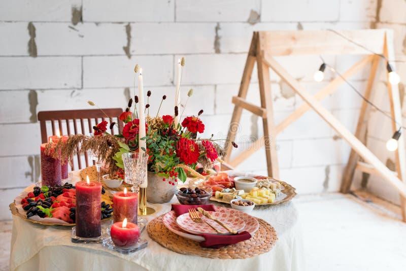 De montages van de luxelijst voor het fijne dineren met kaarsen en glaswerk, mooie vage achtergrond Voor gebeurtenissen, huwelijk stock afbeeldingen