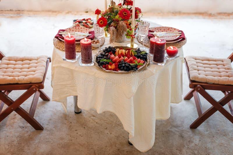De montages van de luxelijst voor het fijne dineren met kaarsen en glaswerk, mooie vage achtergrond Voor gebeurtenissen, huwelijk royalty-vrije stock afbeelding