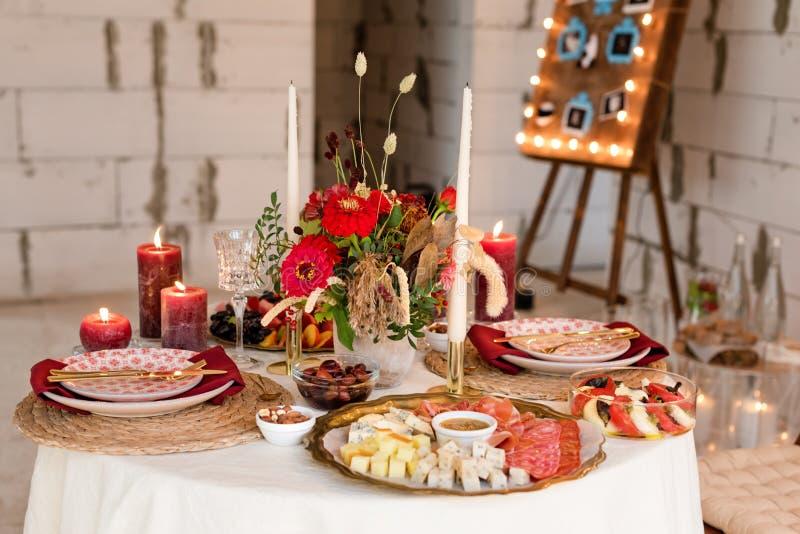 De montages van de luxelijst voor het fijne dineren met kaarsen en glaswerk, mooie vage achtergrond Voor gebeurtenissen, huwelijk royalty-vrije stock afbeeldingen
