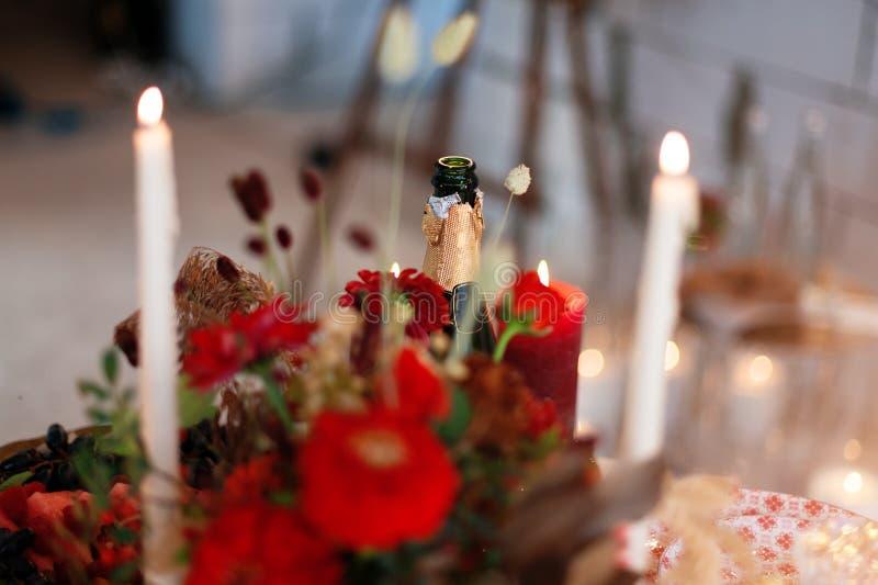 De montages van de luxelijst voor het fijne dineren met kaarsen en glaswerk, mooie vage achtergrond Voor gebeurtenissen, huwelijk royalty-vrije stock foto