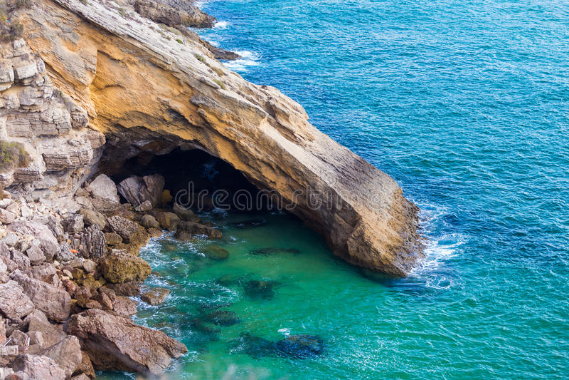 De monumentala klipporna på kusten nära Sagres punkt i Portugal fotografering för bildbyråer