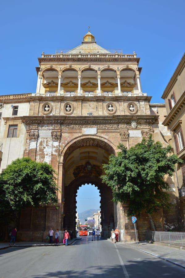 De monumentale stadspoort, Porta Nuova in Palermo stock fotografie