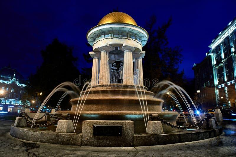 De monumenten fontein-rotonde aan Alexander Pushkin en Natalia Goncharova in Moskou stock foto