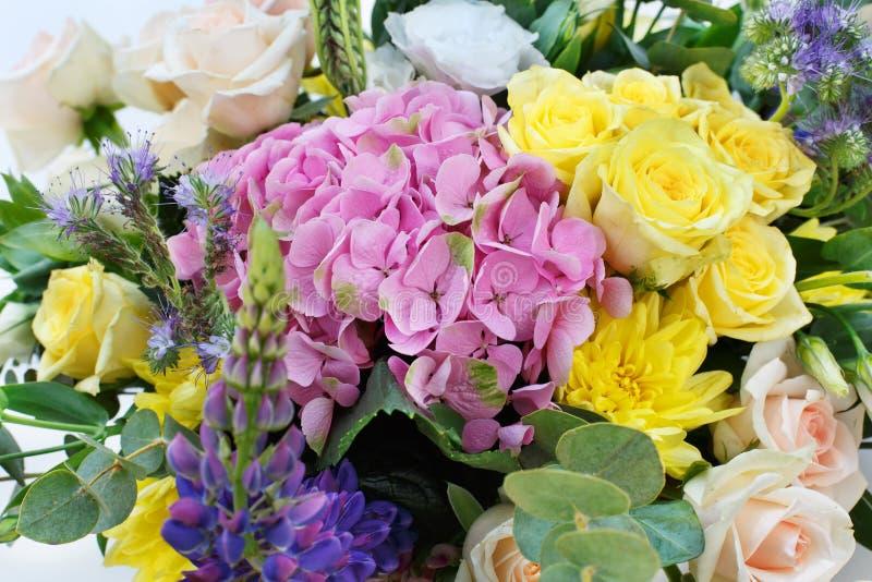De mooie achtergrond van het bloemboeket Close-up van de huwelijks de floristische decoratie royalty-vrije stock foto