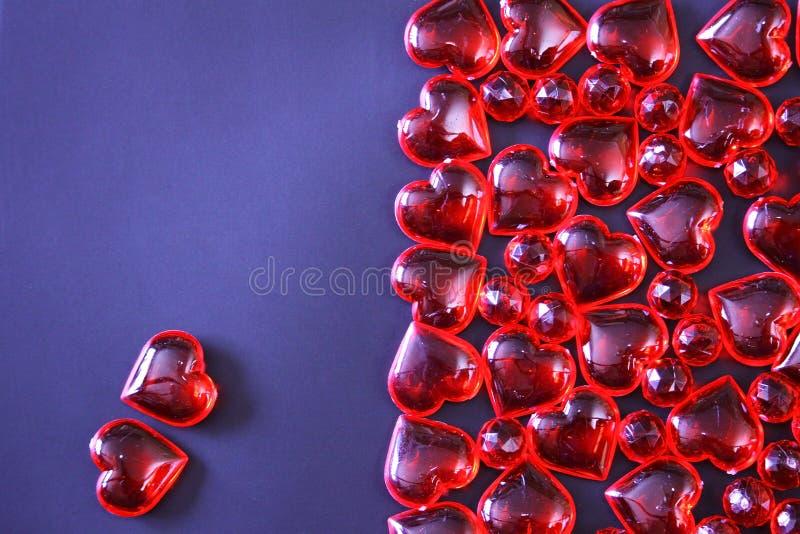 De mooie achtergrond van de valentijnskaartendag met rode harten op donkere achtergrond stock fotografie
