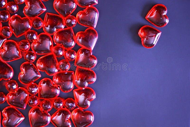 De mooie achtergrond van de valentijnskaartendag met rode harten op donkere achtergrond royalty-vrije stock afbeelding