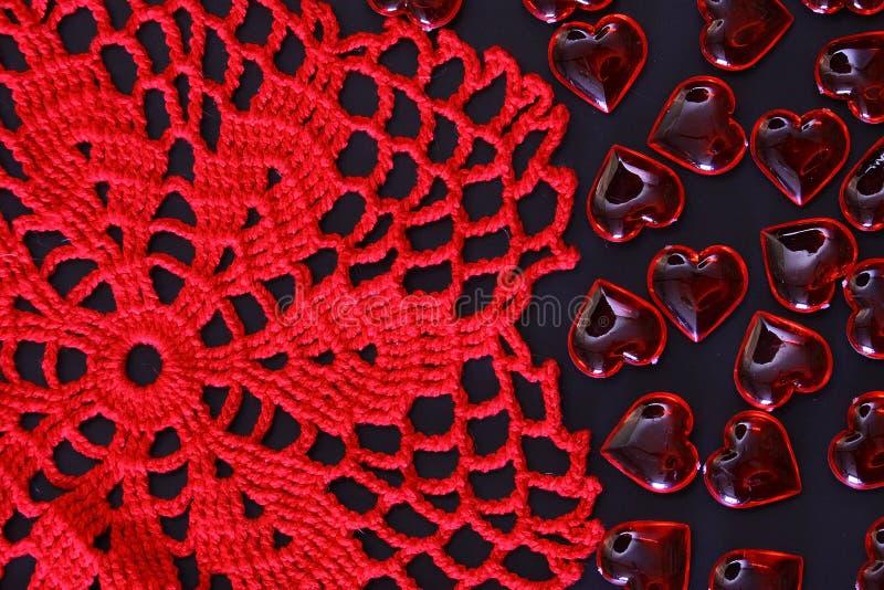 De mooie achtergrond van de valentijnskaartendag met rode harten op donkere achtergrond royalty-vrije stock foto