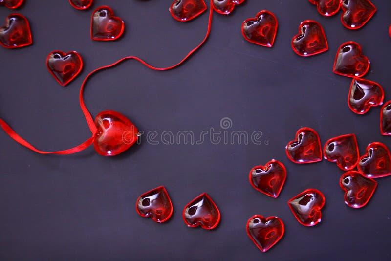 De mooie achtergrond van de valentijnskaartendag met rode harten op donkere achtergrond royalty-vrije stock foto's